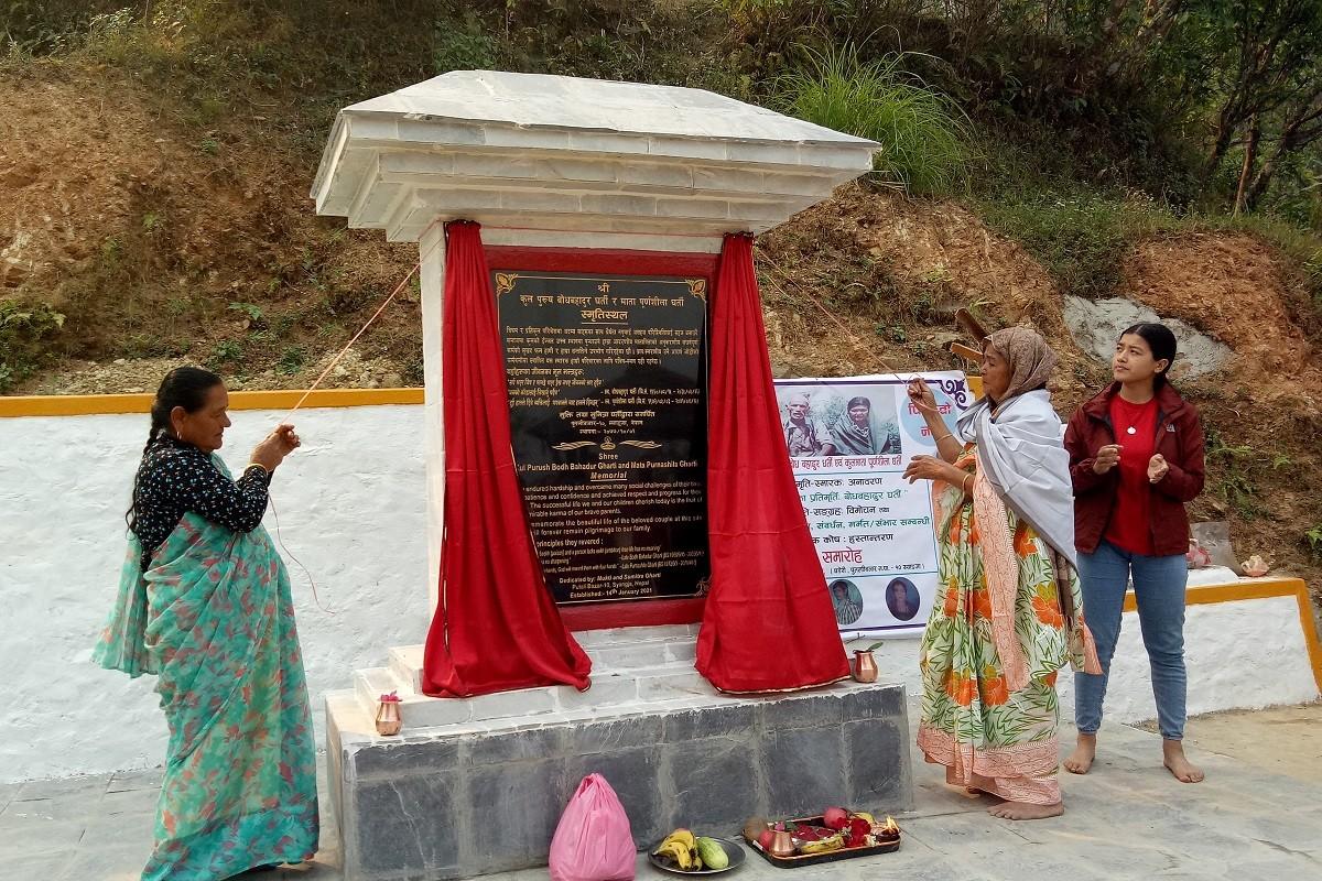 स्याङ्जाका समाजसेवी घर्ति दम्पतिको स्मृतिस्मारक अनावरण
